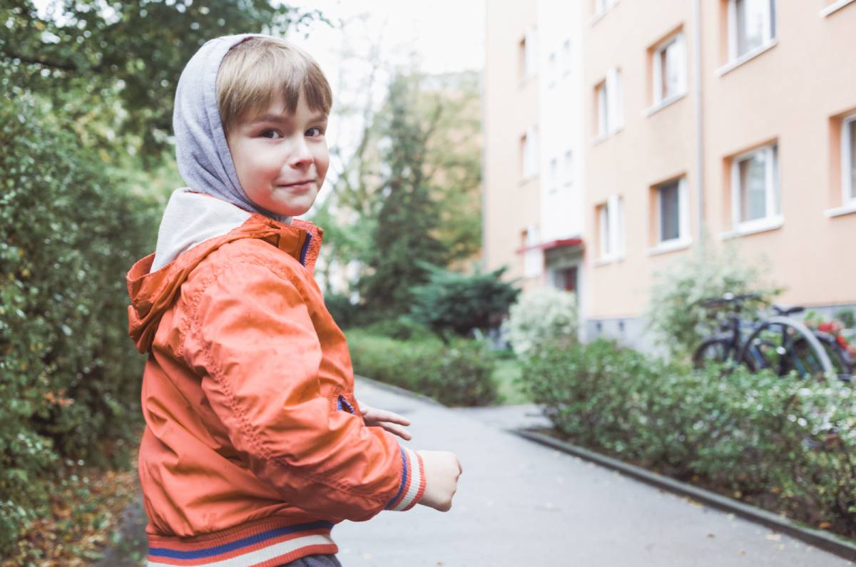 Een winterjas aantrekken bij een kind